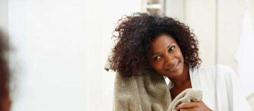 Os cabelos cacheados exigem um cuidado maior. (foto reprodução).
