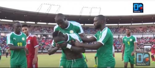 Sadio Mané terminou o jogo a chorar e a ser consolado pelos colegas [Imagem via YouTube]