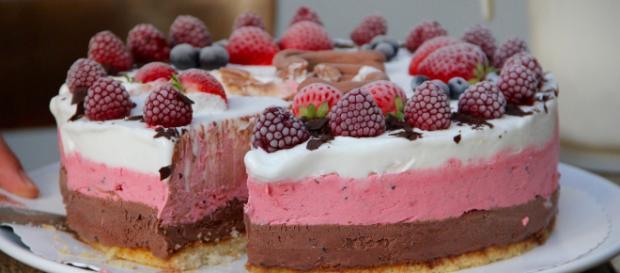 Bake ice cream cake [Source: KleeKarl - Pixabay]