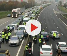 blocco di una strada Francese per la protesta dei ''gilet gialli''