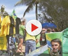 Camisas, pixulecos e até quentinhas são vendidas na frente do condomínio onde mora o Presidente Bolsonaro