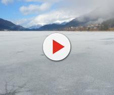 Russia, donna tenta di gettarsi nel lago ghiacciato in lingerie ma si frattura la caviglia: il video diviene virale