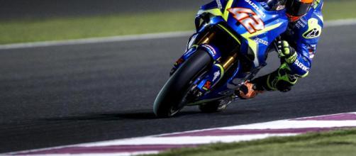 MotoGP, la moto di Alex Rins prima delle prove è andata in fiamme davanti al box Suzuki