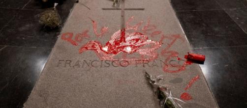 Investigado por daños el coruñés que pintó en la tumba de Franco - atlantico.net