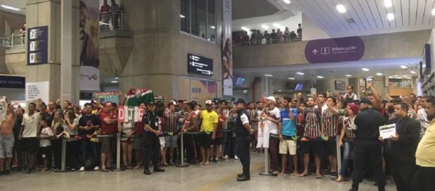 Mais de cem torcedores recepcionaram o Fluminense após vaga na Sul-Americana (Foto: Edgard Maciel de Sá/Globoesporte)