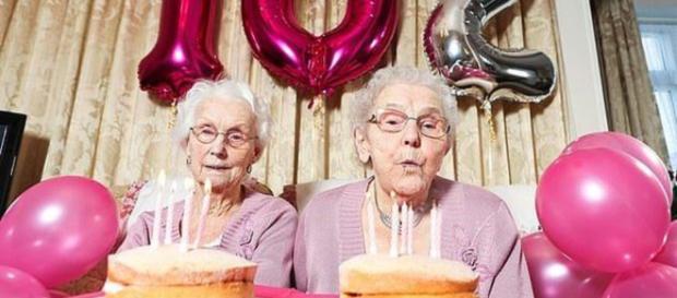 Le gemelle più longeve d'Inghilterra compiono 102 anni