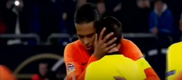Van Dijk com o árbitro [Imagem via YouTube]