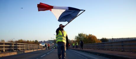 Des gilets jaunes français, de France, avec le drapeau.