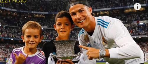Cristiano Ronaldo com o sobrinho e o filho (Imagem via Youtube)
