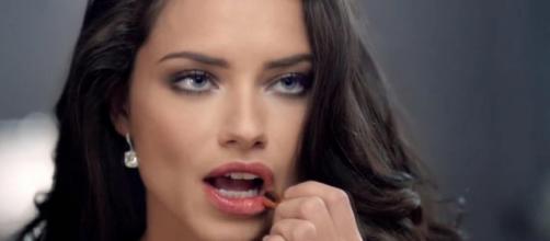 Leticia Lima namora a cantora Ana Carolina. (foto reprodução).