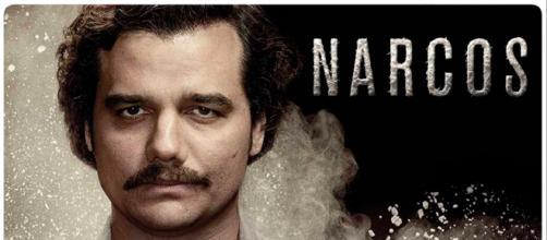 Narcos conseguiu uma legião de fãs mostrando a história de personagens como Pablo Escobar. (foto reprodução).