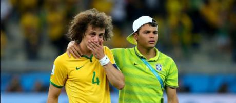 Abraçado a Daid Luiz, Thiago Silva foi o capitão do Brasil na Copa 2014 (Foto: Globo.com)