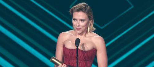 Actress Scarlett Johansson on stage at the 2018 People's Choice Awards. [Image via E! Red Carpet & Award Shows/YouTube]