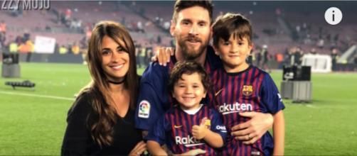 Leo com a esposa e os filhos [Imagem via YouTube]