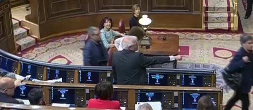 Momento en el que Jordi Salvador (ERC) habría escupido a Borrell. / YouTube