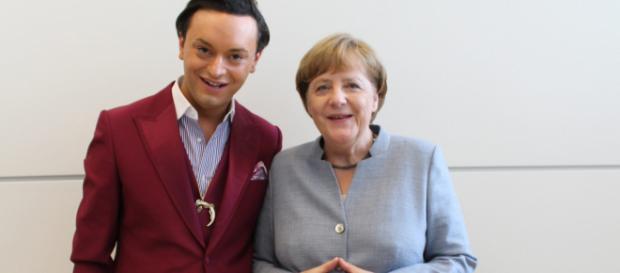 Julian F. M. Stöckel nimmt Christian Lindner durch Merkel Bild auf die Schippe