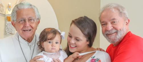 Bisneta conversa com boneco do Lula