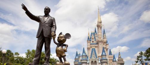 Le célèbre Mickey main dans la main avec son producteur Walter Elias Disney