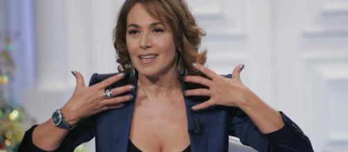Barbara D'Urso, gaffe in diretta a Domenica Live: sposta la gonna e le si vede l'intimo