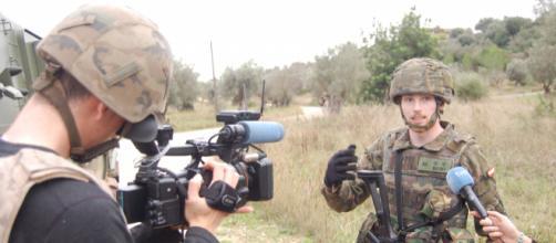 Empotramiento. Un teniente de infantería informa a los periodistas sobre un ejercicio