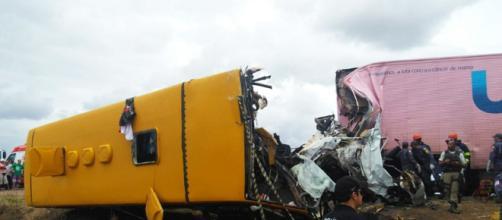 Os dois veículos tiveram a frente destruída.