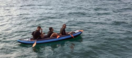 Migrantes intentan cruzar el canal inglés desde Francia en canoas