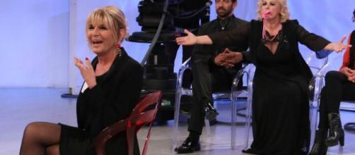 Tina Cipollari solleva il vestito a Gemma