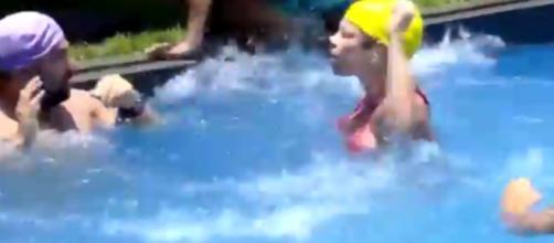 Atividade na piscina acaba em bate-boca e acusação de agressão. (foto reprodução).