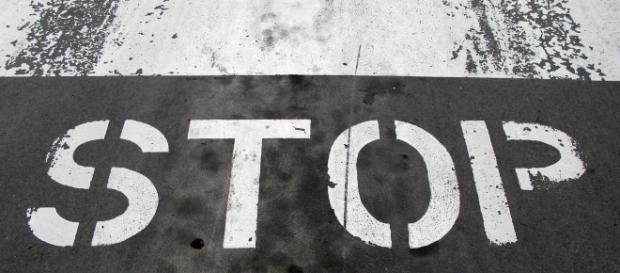 La segnaletica stop su manto stradale