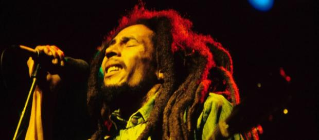 Bob Marley in una celebre ed iconica immagine degli anni '70