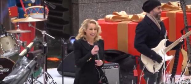 Kellie Pickler was one of the performers bringing plenty of Christmas spirit to Rockefeller Center. [Image source: SVfrosTV-YouTube]