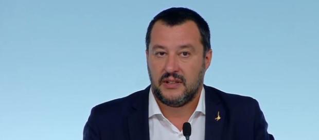 Matteo Salvini difende a spada tratta il decreto sicurezza