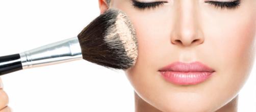 A maquiagem é indispensável na vida de muitas pessoas.