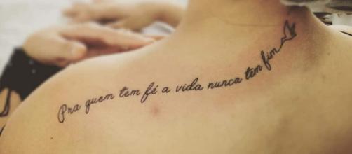 As mulheres, em sua grande maioria, preferem tatuar frases e palavras.