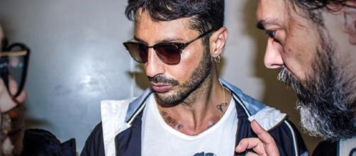 Gossip, Fabrizio Corona nei guai: lite con un paparazzo, nel centro di Milano.