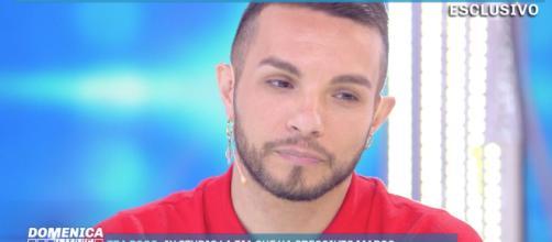 """Marco Carta replica alle accuse: """"Sono gay dalla nascita""""."""