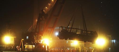 Ônibus é resgatado após cair no rio Yangtze, na China - Foto: Xinhua/AP