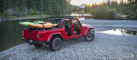 2020 Jeep Gladiator: The Solid-Axle, Open-Air Truck of Your Dreams ... - (Image via gearjunkie/Youtube)