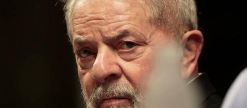Ex-presidente Lula escreve carta diretamente da prisão para a militância petista. (foto reprodução).