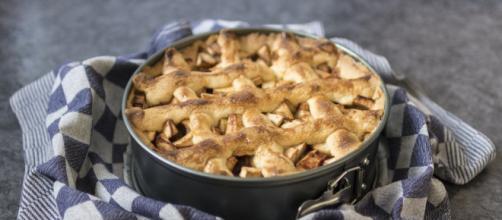 Torta di mele al caramello salato con crosta alla salvia fresca