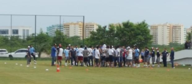 Quinta foi dia de protesto de torcedores no Fluminense (Reprodução/Twitter/@hectorwerlang)