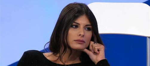 Uomini e Donne: Giulia Cavaglia senza mutande fa arrabbiare Maria De Filippi.