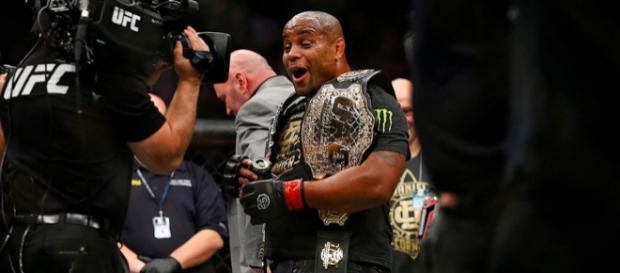 Daniel Cormier hace historia al retener su cetro completo ante Derrick Lewis en UFC 230