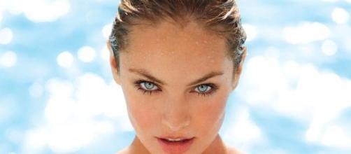 Hoje em dia a grande maioria das mulheres se maquia antes de ir às praias e piscinas.