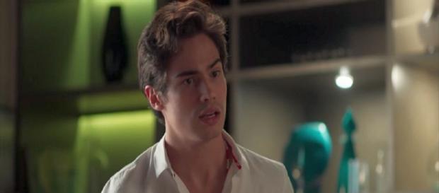 Valentim fica apreensivo ao descobrir que Laureta é mãe de Karola. (Foto: Divulgação TV Globo)