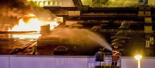 Paura a Nola, in fiamme una fabbrica di cartone nella zona industriale: foto e video
