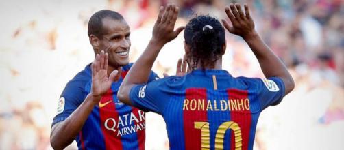[Foto/Reprodução: El Pais]Rivaldo e Ronaldinho, duas das maiores lendas da história do Barcelona.