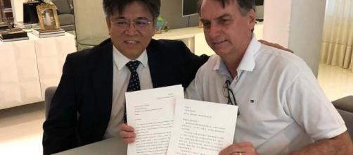 air Bolsonaro (PSL) e o embaixador da China no Brasil, Li Jinzhang — Foto: Reprodução