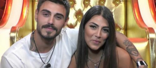 Francesco Monte e la Salemi amoreggiano a letto mentre Benedetta Mazza dorme accanto.