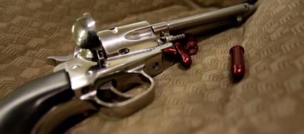 Un enfant de deux ans se tue avec un pistolet